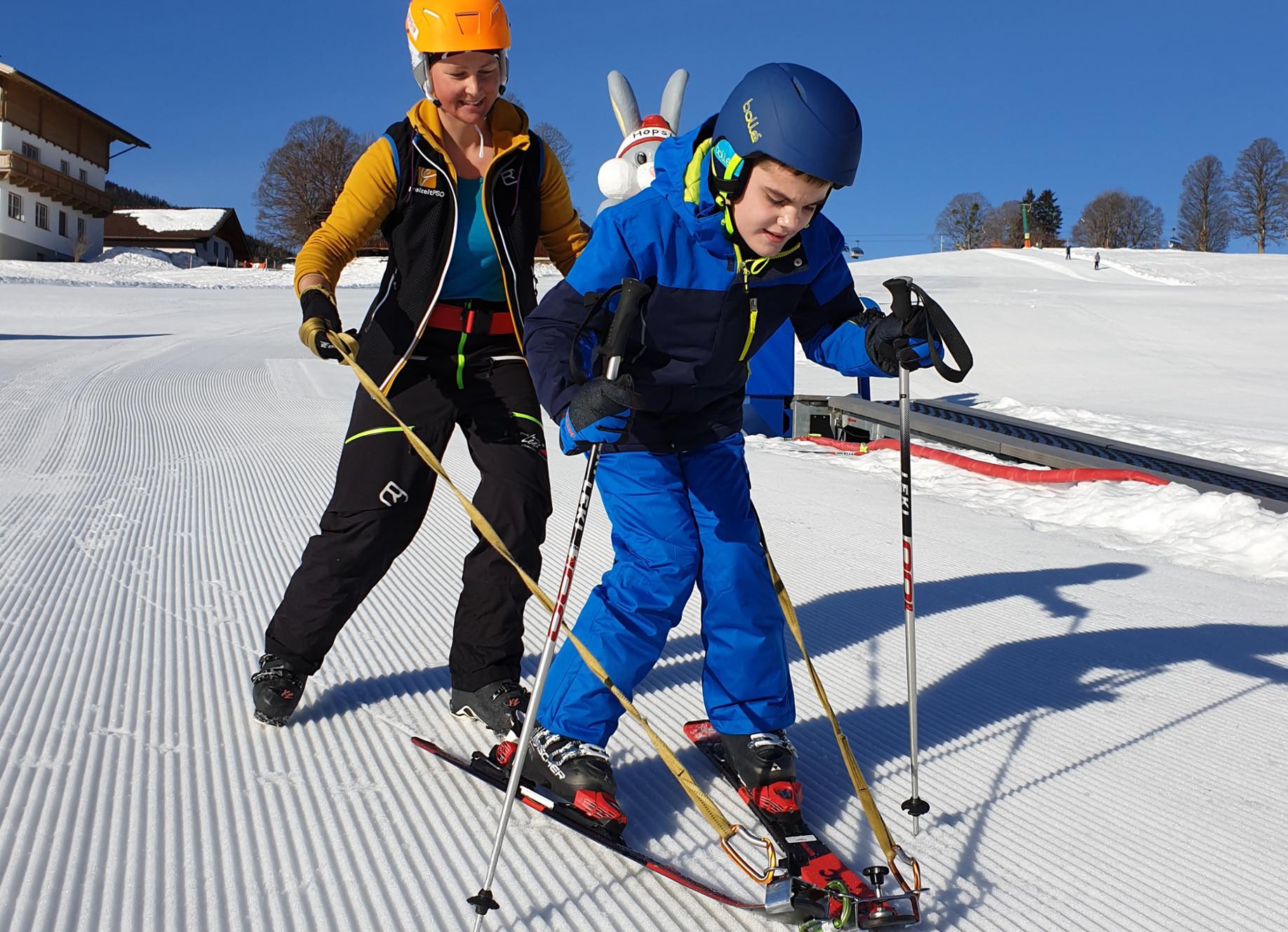 Skifahren stehend mit Hilfsmittel