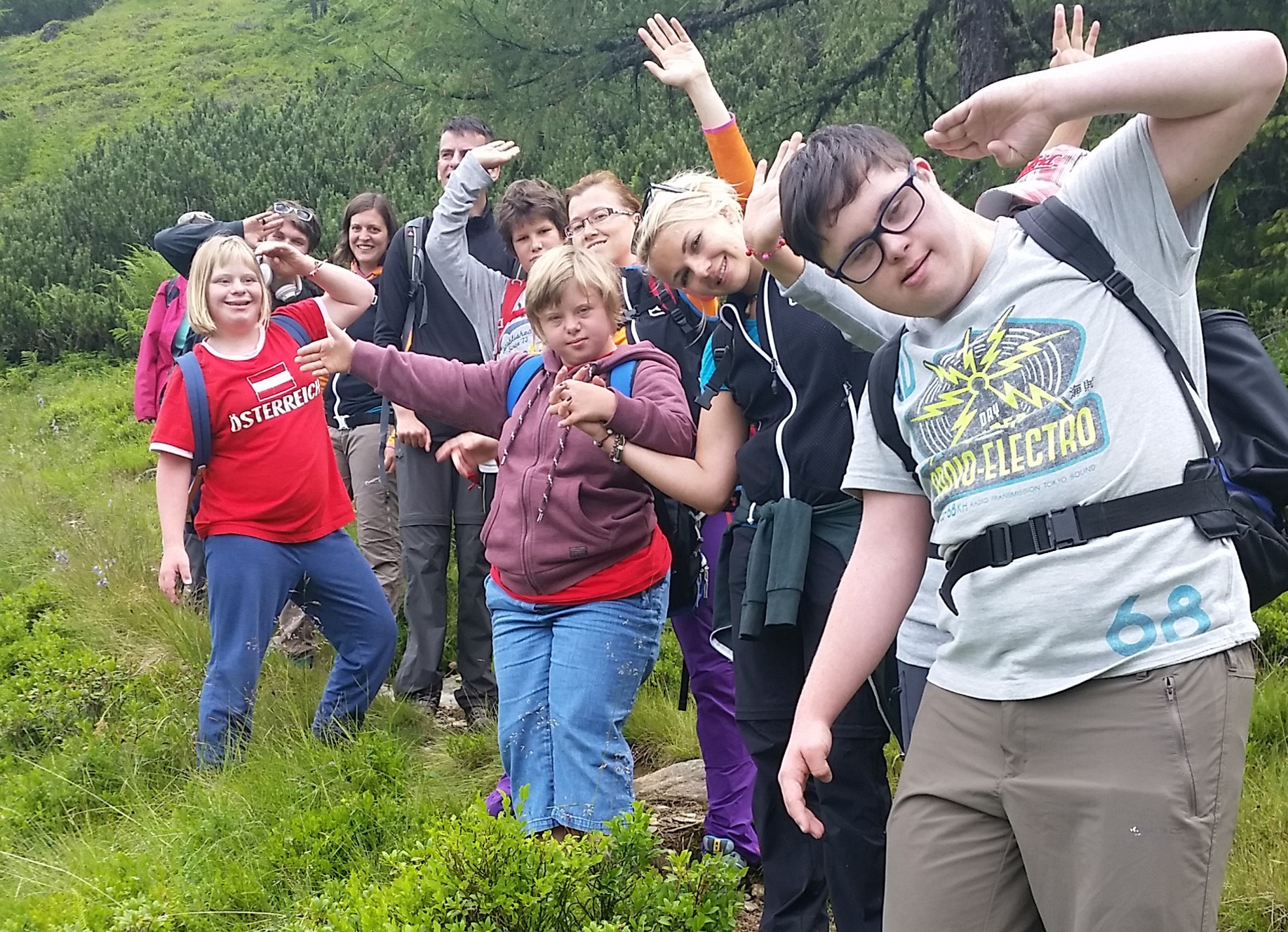 Jugendliche mit Lernbehinderung beim Wandern