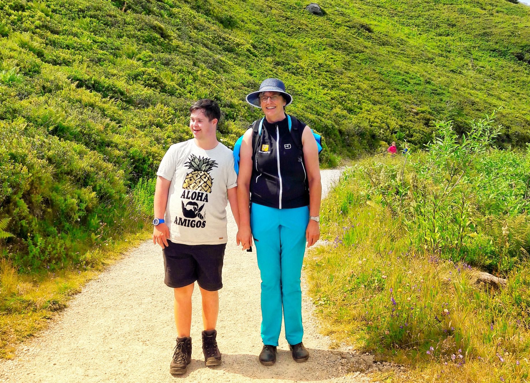Juglendliche mit Lernbeeinträchtigung beim Wandern