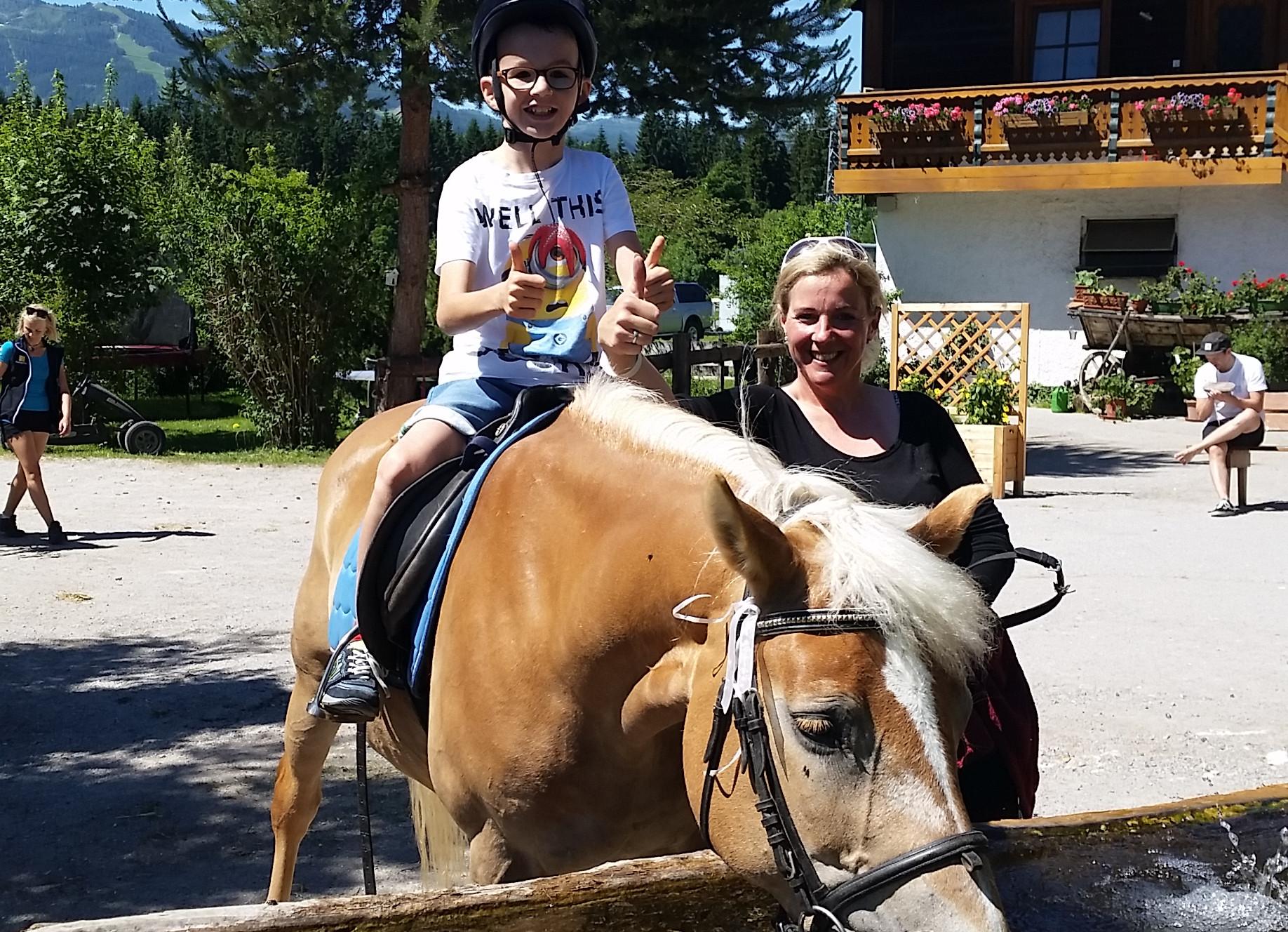 Reiten mit Behinderung beim barrierefreien Familien-Abenteuer-Urlaub