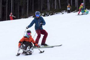 Skifahren im Sitzski mit Krückenski