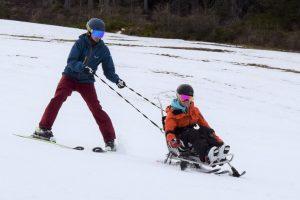 Bi Unique mit Krücken-Ski