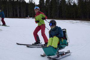 Skifahren im Sitz-Ski