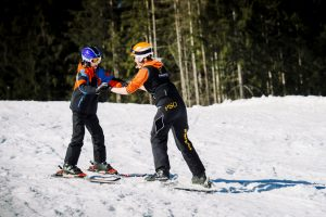 stehend Skifahren mit körperlicher Behinderung
